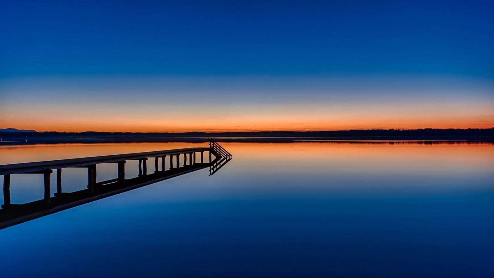 平靜的湖面,橋�...